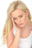 Unglückliche deprimierte müde durchdachte junge Frau, die betont und besorgt schaut Stockfoto