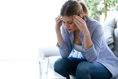 Unglückliche einsame deprimierte junge Frau, die zu Hause auf Sofa sitzt Krisenkonzept Lizenzfreies Stockfoto