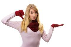 Unglückliche Frau in den woolen Handschuhen, die unten Daumen, negative Gefühle zeigen Lizenzfreie Stockbilder