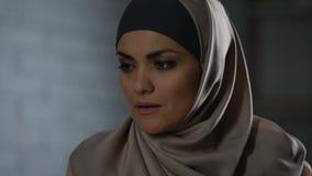 Unglückliche Frau im glaubenden hijab verletzte, traurige Augentränen, Krise, Hoffnungslosigkeit stock video footage
