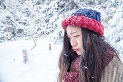 Unglückliche Frau mit Eis auf der Haut sehr kalt lizenzfreies stockbild