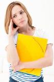 Unglückliche Frau mit Faltblättern Stockfoto