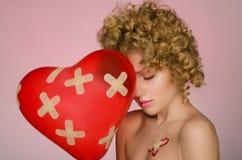 Unglückliche Frau mit Flecken auf dem Körper und dem Ballon Lizenzfreies Stockfoto