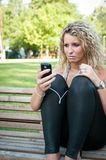 Unglückliche Frau mit Mobiltelefon Lizenzfreie Stockfotografie