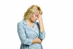 Unglückliche Frau mit starken Kopfschmerzen Lizenzfreies Stockfoto