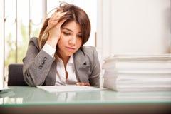 Unglückliche Geschäftsfrau bei der Arbeit Lizenzfreies Stockbild