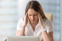 Unglückliche Geschäftsfrau, die unter starken chronischen Kopfschmerzen, zu leidet Lizenzfreie Stockfotos