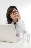 Unglückliche Geschäftsfrauen, die auf Mobiltelefon sprechen Stockfotografie