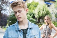 Unglückliche Jugendpaare mit Verhältnis-Problem in städtischem Settin Stockfotos