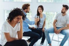 Unglückliche junge Frau, die deprimiert ist Lizenzfreie Stockbilder