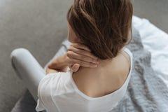 Unglückliche junge Frau, die unter den Schmerz im Hals leidet Lizenzfreies Stockfoto