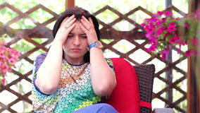 Unglückliche junge Frau draußen betont stock footage