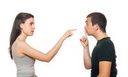 Unglückliche junge Paare, die ein Argument haben Stockfotografie