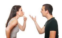 Unglückliche junge Paare, die ein Argument haben Lizenzfreie Stockfotos