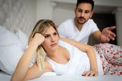 Unglückliche junge Paare, die ungelöste Verhältnis-Probleme haben lizenzfreies stockbild