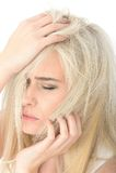 Unglückliche müde betonte junge Frau, die besorgt schaut lizenzfreies stockfoto