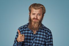 Unglückliche Mannvertretung, die Daumen herauf Handzeichen gibt lizenzfreies stockfoto