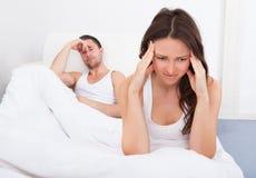 Unglückliche Paare auf Bett Lizenzfreie Stockfotos