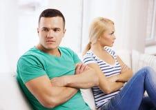Unglückliche Paare, die Argument zu Hause haben Lizenzfreies Stockfoto