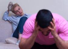 Unglückliche Paare, die Beziehungsprobleme haben Stockbilder