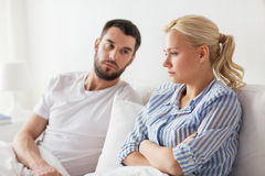 Unglückliche Paare, die Konflikt im Bett zu Hause haben stockfotos