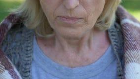 Unglückliche reife Dame mit den zitternden Händen verjährten Brei, kleine Pensionen essend stock video