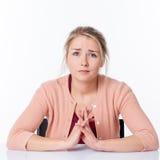 Unglückliche schöne junge blonde Frau mit dem traurigen Schauen mustert Stockfoto