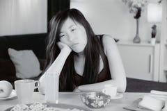 Unglückliche traurige Chinesin müde zu Hause stockfotografie