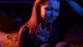 Unglückliche traurige Jugendliche nachts In hohem Grade ausdrucksvoll stock footage