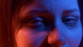 Unglückliche traurige Jugendliche nachts In hohem Grade ausdrucksvoll stock video