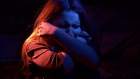 Unglückliche traurige Jugendliche nachts In hohem Grade ausdrucksvoll stock video footage