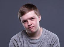 Unglücklicher blonder junger Mann Stockfotos