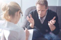 Unglücklicher deprimierter Mann, der einen Psychologen besucht Lizenzfreie Stockbilder
