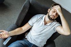 Unglücklicher deprimierter Mann, der unter den starken Schmerz leidet Lizenzfreies Stockfoto