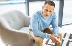 Unglücklicher deprimierter Mann, der unter Einsamkeit leidet Lizenzfreie Stockfotos