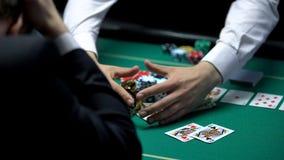 Unglücklicher Kasinospieler, der alles Geld, gehend, spielende Sucht verliert Bankrott lizenzfreies stockbild