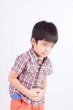 Unglücklicher kleiner Junge, der Magenschmerzen zeigt Lizenzfreies Stockbild