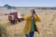 Unglücklicher Landwirt auf dem Sojabohnengebiet lizenzfreie stockfotos
