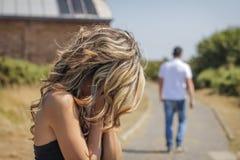 Unglücklicher Mann und verärgerte Frau, die nach Streit verlässt Lizenzfreie Stockbilder