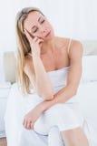 Unglückliches blondes Leiden von den Hauptschmerz Stockfotografie