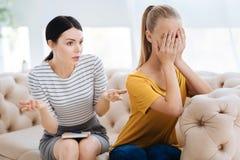 Unglückliches deprimiertes Frauenschreien Stockfotos