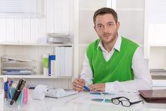 Unglückliches Geschäftsmannsitzen betroffen und frustriert im Büro. stockbilder