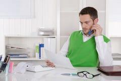 Unglückliches Geschäftsmannsitzen betroffen und frustriert im Büro. stockfotografie