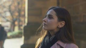 Unglückliches junges nachdenkliches weibliches leidendes Auseinanderbrechen, Heimatstadt verlassend und verlagern stock video footage