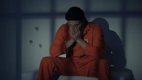 Unglückliches kaukasisches Gefühl des männlichen Gefangenen schuldig über das Verbrechen, denkend in der Zelle stock video
