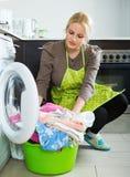 Unglückliches Mädchen, das Waschmaschine verwendet Lizenzfreie Stockfotos