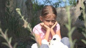 Unglückliches trauriges Kind, ausgesetztes Kind in demoliertem Haus, obdachlose Mädchen-Kinder lizenzfreies stockbild