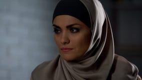 Ungl?ckliche Frau im glaubenden hijab verletzte, traurige Augentr?nen, Krise, Hoffnungslosigkeit stockfoto