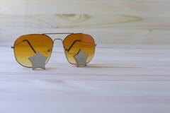 Unglasses no fundo de madeira, feriados no sunnyworld Fotos de Stock