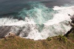 Unglaublich erstaunliche Ansicht des Spritzens bewegt in Uluwatu, Bali wellenartig Lizenzfreie Stockfotos